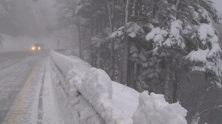 Kış turizminin en önemli mekanlarından biri olan Uludağ'da dün akşam saatlerinde kar ve tipi etkili oldu.