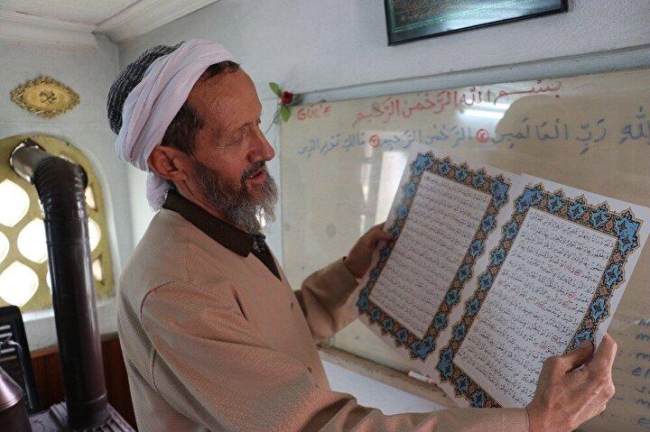 """Emekli olduktan sonra kendini Kur'an-ı Kerim'i anlamaya adadığını ifade eden Lokman Arslan, """"Allah yoluna dönünce ilk işimiz Kur'an-ı Kerim'i öğrenmek oldu. Kur'an-ı Kerim'e merakım çok fazlaydı. Kur'an-ı Kerim'i öğrendik. Arapçayı da öğrendikten sonra ilerlettim. Daha sonra imam hatipte ve ilahiyat da okuyan öğrencilere öğretmeye çalıştım. Onlara öğretirken yazım da güzelleşti. Hocam da beni çok teşvik etti. Bana, 'her gün 1 sayfa yaz, bir bakmışsın Kur'an-ı Kerim oluşmuş' dedi. Bu teşviklerle bir baktım ki Kur'an-ı Kerim yazmışım"""" dedi."""