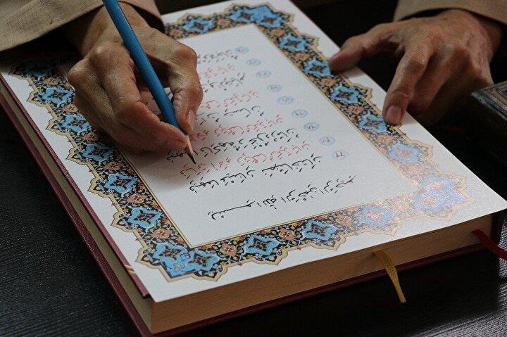 """İlk Kur'an-ı Kerim'i pilot kalem kullanarak yazdığını anlatan Arslan, """"Onu kimseye vermiyorum, çocuklarıma bıraktım. Günlerden bir gün belediye başkanı ve müftü yanıma geldi. İlk yazdığım Kur'an-ı Kerim'in fotokopi kağıdında olmasını beğenmediler. Bana kağıt verdiler ve bir daha yazdım. Onunla birlikte 2 mushaf yazmış oldum. Yazdıkça yazımın güzelleştiğini fark ettim. 2,3 derken bu 7'nciyidi de Sağlık Bakanlığı teşkilatına yazıyorum"""" diye konuştu."""