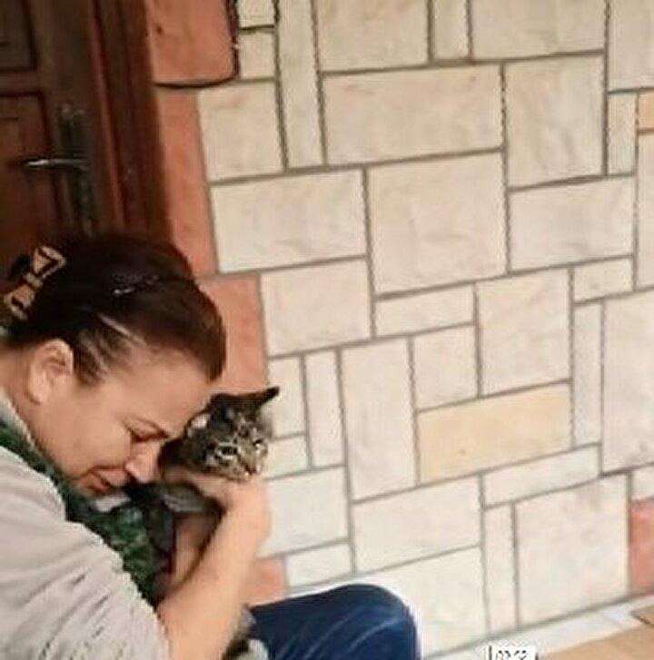 Kente bağlı Tuzla ilçesindeki bir sitede 25 sokak kedisini besleyen Zahide Yaşat (60), sabah saatlerinde içlerinden birinin rahatsızlandığını fark edip, veterinere götürdü.