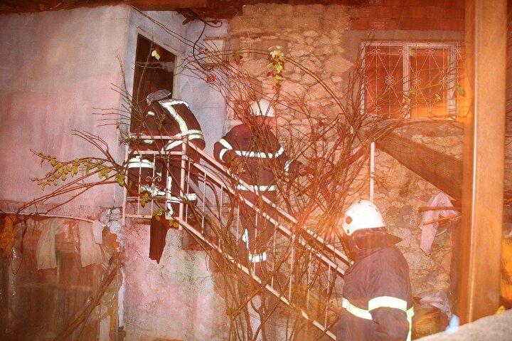 Yangın, saat 02.00 sıralarında Kula'ya bağlı kırsal Encekler Mahalle merkezinde meydana geldi. Edinilen bilgiye göre Aşkın Ercan, Çetin Helva ve Ünal Helva'ya ait bitişik üç evde henüz belirlenemeyen nedenle yangın çıktı.