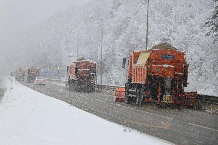 İstanbulun Anadoluya açılan kapısı olarak bilinen Bolu Dağında sürücülerin herhangi bir olumsuzluk yaşamaması için karayolları ekipleri seferber oldu.