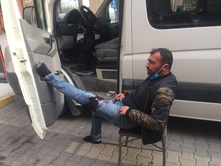 Kelebek sağlık ekipleri gelinceye kadar kanamayı durdurmak için bacağını minibüsün kapısına dayayıp sandalyede oturdu.Ali Kelebek, minibüste uyurken bıçaklandığını ne olduğunu anlamadığını kimseyi de görmediğini söyledi.