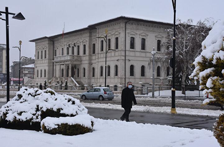 Yağış nedeniyle gece Sivas-Tokat, Sivas-Ankara yolunda zaman zaman ulaşım aksadı.