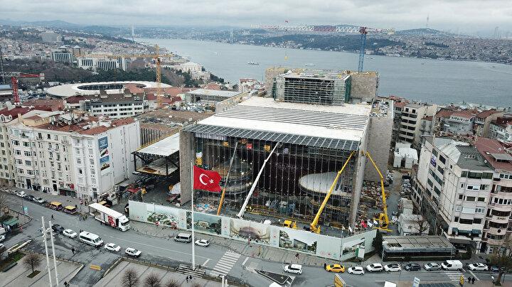 Yeni Atatürk Kültür Merkezi binasında, 2 bin 500 kişilik bir opera salonu, 800 kişilik tiyatro salonu, bin kişilik konferans salonu, 285 kişilik sinema salonu, 250 kişilik oda tiyatrosu, bir sergi salonu, bir kütüphane ve 885 araçlık otopark bulunacak.