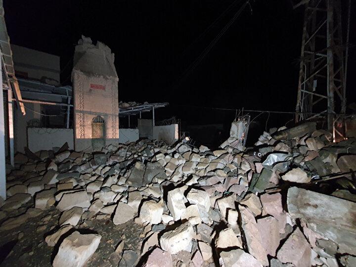 Devrilen minarenin elektrik trafosuna zarar vermesi nedeniyle mahallenin elektriği kesildi.