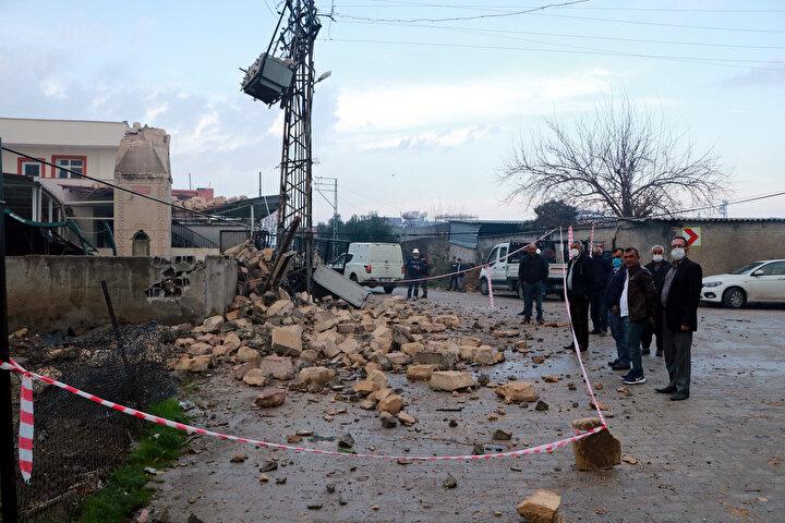 uhtar Emin Memiş ve mahalleli, kaza riskine karşı minareye ait molozlarının savrulduğu bölgeyi şeritle çevirerek, önlem aldı.