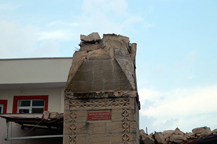 """Mahallerinde ilk defa böyle bir olayın yaşandığını belirten Memiş, """"Her şey bir anda oldu. Trafo ve taziye evimiz de gitti. Neyse ki can kaybı yaşanmadı. Kimse görmemiş minarenin yıkıldığını, çünkü herkes evlerindeydi. Caminin minaresi 24 yıllıktı. Yıkılacak bir durumu yoktu, nasıl oldu anlamadık"""" dedi."""