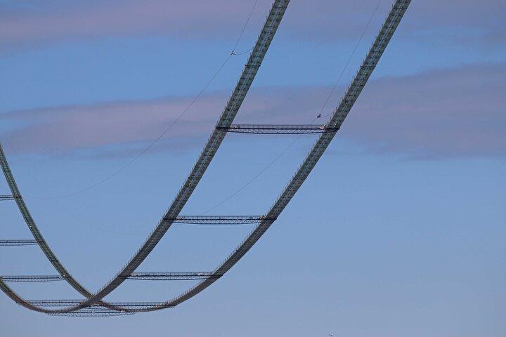 Orta açıklığı 2023 metre, 770er metre yan açıklıklar, 365 ve 680 metrelik yaklaşım viyadükleriyle Çanakkale Boğazının ilk asma köprüsünün toplam uzunluğu 4 bin 608 metreyi bulacak.