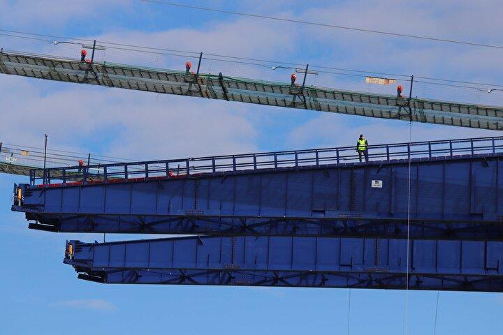 Kılavuz halatlarla birbirine bağlanan iki kıtada yapılan kedi yolu, köprünün silüetini de ortaya çıkardı. Tasarımı inceliklerle örülen 1915 Çanakkale Köprüsünün iki ayak aralığı Türkiye Cumhuriyetinin kuruluşunun 100üncü yılıyla anlamlandırılarak 2023 metre olarak planlandı.