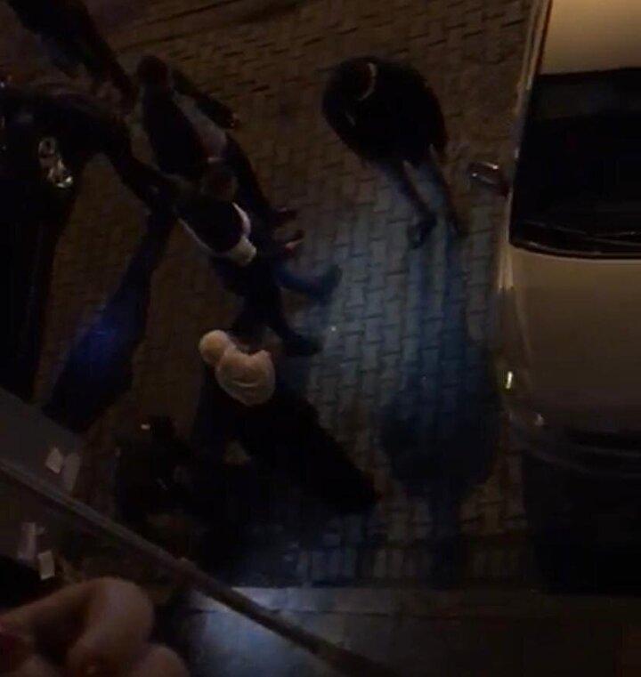 Ekipler, olay yerinde incelemelerini sürdürürken, hastaneye götürülen çocuğun kulağından kopan parçanın kayıp olduğu bilgisini aldı. Polis ve mahalle bekçileri, cep telefonlarının ışıklarıyla yaklaşık 10 dakika boyunca olay yerinde arama yaptı.