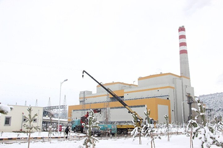 """""""Bugün hamd olsun Türkiye'nin 81 il merkezini ve 589 yerleşim yerini doğal gazla buluşturduk"""" diyen Bakan Dönmez, Doğal gaz dağıtım altyapısı için bugüne kadar yaklaşık 27 milyar lira yatırım yaptık. Bugün nüfusumuzun yüzde 65'i doğal gaz konforundan istifade ediyor, yüzde 81'i ise doğal gaza ulaşmış durumda. Somalı ve Kırkağaçlı vatandaşlarımız da bundan sonra doğal gazın rahatlığından faydalanacaklar inşallah. İki ilçemizde kurduğumuz doğal gaz dağıtım şebekemiz, abone alımına hazır duruma geldi. İnşallah en kısa zamanda Soma ve Kırkağaç'ta doğal gaz kullanımı yaygınlaşmaya başlayacak."""