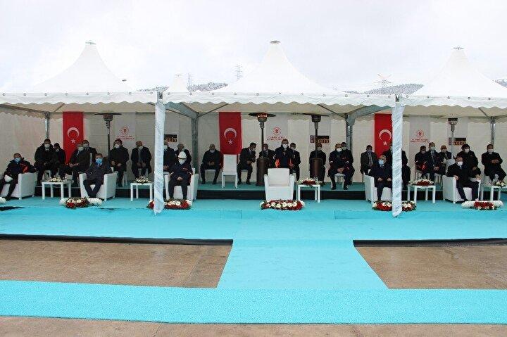 Projeyle, yıllık 4,7 milyon ton linyiti ekonomimize kazandıracağız. Santralimizde kullanılan son teknoloji kazan, türbin, jeneratör, 'Akışkan Yatak Teknolojisi' olarak adlandırdığımız çevreci, temiz ve ileri yakma teknolojisiyle, baca gaz arıtma sistemi sayesinde, emisyon değerleri hem Türkiye'de hem de Avrupa'da belirlenen normları karşılıyor. Enerji tesislerimizin yanı sıra, bugün Soma ve Kırkağaç ilçelerimize de doğal gaz arzını gerçekleştireceğiz. Osmanlı devlet adamlarından Halil Rıfat Paşa'nın meşhur bir sözü vardır: