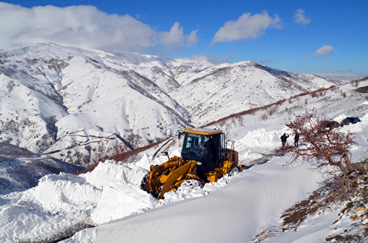 Varto ilçesinde 28, Malazgirt ilçesinde 18, Bulanık ilçesinde 7, Korkut ilçesinde 5, Hasköy ilçesinde 1 ve merkezde 25 köy yolunda karla mücadele çalışması sürdürülüyor.
