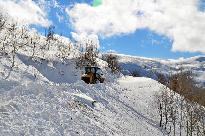 İl Özel İdaresi ekipleri, karın geçit vermediği köy yollarında karla mücadele çalışması başlattı. Kar kalınlığının yer yer 3 metreyi aştığı ve tipinin etkili olduğu bölgelerde ilerlemekte güçlük çeken ekipler, zorlu çalışmalarının ardından 52 köy yolunu ulaşıma açtı.