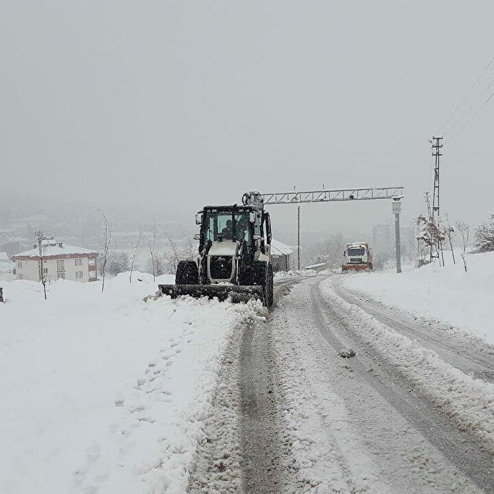 Tunceli'de etkili olan kar yağışı nedeniyle kent genelinde 144 köy yolu ulaşıma kapandı. Tunceli-Elazığ ve Tunceli-Erzincan karayolunda olumsuzluk yaşanmaması için ekiplerin sürekli görevde olduğu bildirildi.
