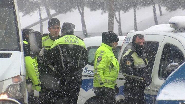 Kazayı gören diğer sürücüler durumu hemen sağlık ve polis ekiplerine bildirdi.