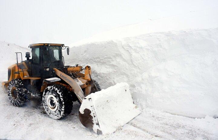 İl Özel İdaresi Genel Sekreteri Şeyhmus Yentür, gazetecilere yaptığı açıklamada, 4 günden bu yana kentte etkili olan kardan dolayı yüksek rakımdaki köy yollarının kapandığını söyledi.