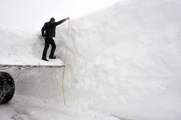Karla mücadele ekip şefi Nazım Diner ise Yoğun kar ve fırtına nedeniyle yolu kapanan köylere ulaşmaya çalışıyoruz. Açtığımız yollar bir süre sonra yeniden kapanıyor. Yer yer 5 metre kar var. En kısa zamanda köy yolarını açacağız. dedi.