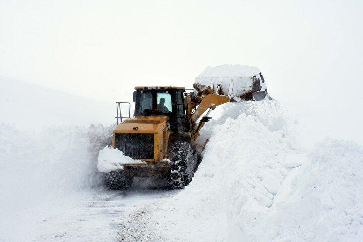Muşta kar kaplanları yolları açmak için metrelerce karla mücadele ediyor