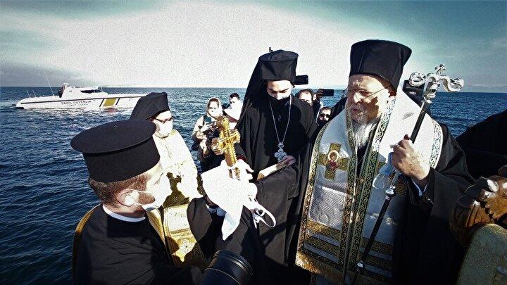 Hıristiyan inancına göre Hazreti İsa'nın doğumu ve vaftizi münasebetiyle Bursa'nın Mudanya ilçesindeki Trilye beldesinde her sene 19 Ocak'ta gerçekleştirilen denizden haç çıkarma ayinine bu yıl Ukrayna Başkonsolosu Dr. Sergiy (Serhii) Revenko ile ailesi ve İtalya Metropoliti ve ailesi katıldı.