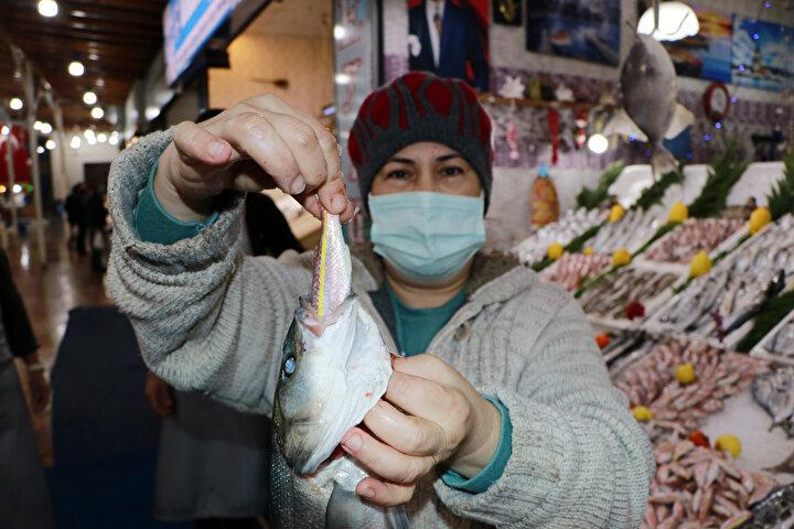 Türkiye'nin her bölgesinde farklı yemek kültürleri öne çıkarken, özellikle denize kıyısı olan kentlerde balık içerikli yemekler çokça tüketiliyor. Zengin besin değeri nedeniyle uzmanlar tarafından en az haftada iki kez tüketilmesi tavsiye edilen balığın satın alınırken, tazeliğine dikkat edilmesi öneriliyor. Balıkta bazı işletmelerin maliyeti düşürmek ve daha fazla kar etmek amacıyla hilelere başvurduğu belirtiliyor.
