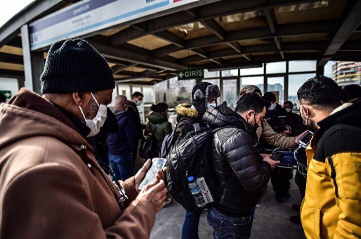 Hal böyle olunca da İstanbul'un metro ve metrobüs duraklarında zaman zaman kalabalıklar dikkat çekti.