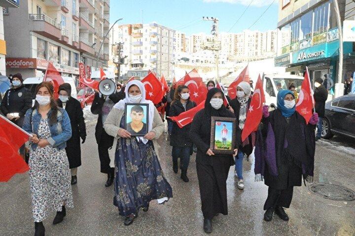PKKlı teröristlerce çocukları dağa kaçırılan, yakınlarını terör saldırılarında kaybeden Şırnaklı kadınlar ile şehit ve gazi aileleri, Şehit Üsteğmen Mehmet Esin Caddesinde gerçekleştirdikleri yürüyüşün ardından HDP İl Başkanlığı önüne geldi.