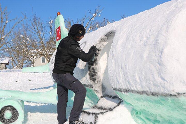 """Bu yüzden yardımcı bulamayınca kar toplaması, inşa etmesini biraz uğraştırmasına rağmen 4 günde tamamladım"""" dedi."""