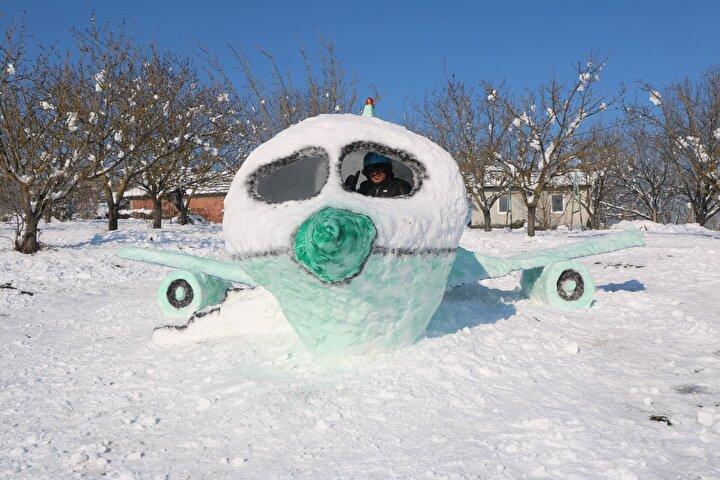 Yağışın da güzel yağmasıyla birlikte karı değerlendirmek için uçak yaptım. Uçağı 4 günde inşa ettim. Koronavirüsten dolayı topluluklar pek oluşmuyor, ben de bir yardımcı arkadaş çağırmadım.