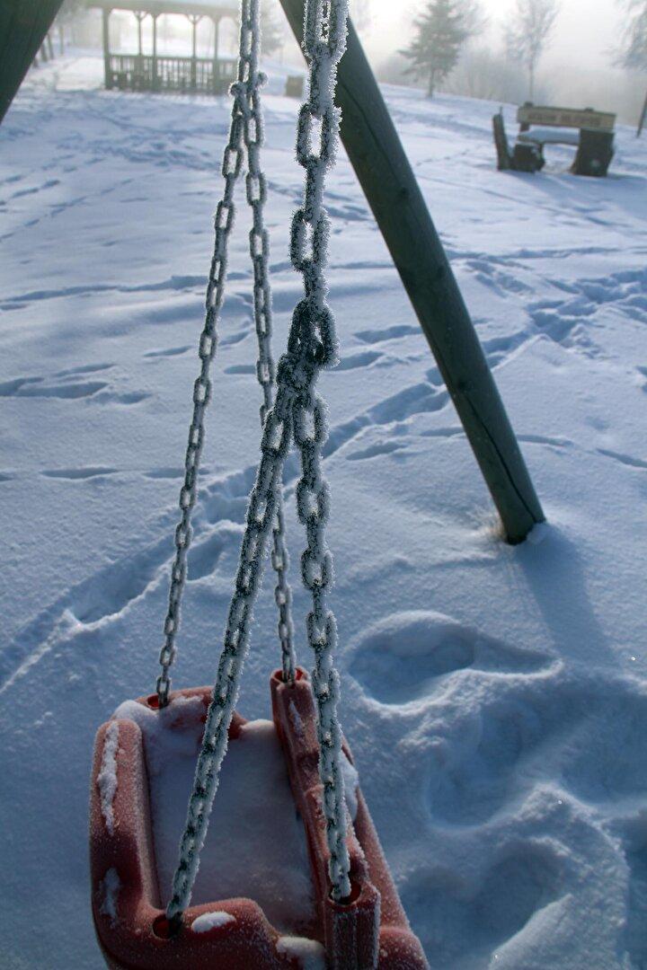 Ardahan kent merkezinde ölçülen en düşük sıcaklık ise sıfırın altında 23.7 derece oldu. Soğuk havanın etkisiyle birlikte Ardahan kent merkezinden geçerek Gürcistan ve Azerbaycan üzerinden Hazar Denizine dökülen Kura Nehrinin yüzeyi de yeniden buzla kaplandı.