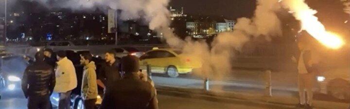İstanbul Valiliği tarafından asker uğurlamalarında kısıtlamaya gidilmesine rağmen İstanbul'da yine istenmeyen görüntüler ortaya çıktı. Fatih'te geçtiğimiz salı günü akşam saatlerinde toplanan bir grup, yüksek sesli müzik eşliğinde eğlenmeye başladı. Semtteki eğlencelerin ardından araçlarına binen grup, konvoy halinde trafiğe çıktı. Bir süre sonra yolu trafiğe kapatan gruptaki magandalar, araçlarından inerek yol ortasında askere gidecek arkadaşlarını havaya fırlattı.