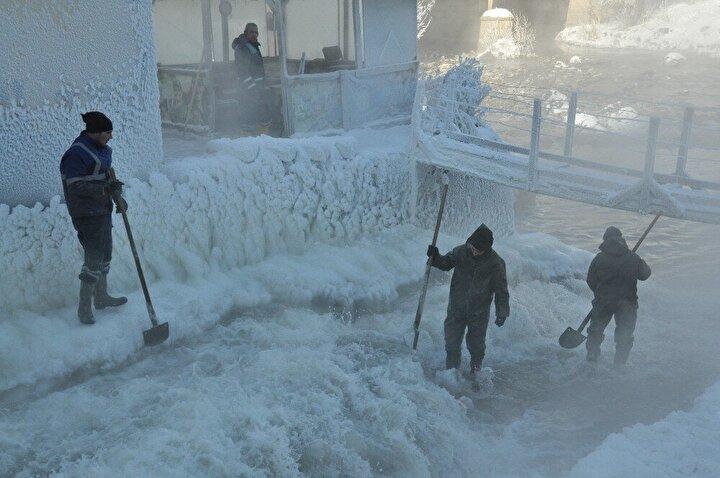 Kars Çayı üzerinde bulunan termik santrale akıntısını sağlayan kanal aşırı soğuklardan dondu. Kanal etrafında ve içerisinde oluşan 1 metre yüksekliğindeki buz kütleleri soğuğun şiddetini gözler önüne sererken, santral çalışanları ise suya girerek saatlerce buz kütlelerini kırma mücadelesi veriyor. Soğuk havaya aldırış etmeden buz kütlelerini kıran santral çalışanları çocuklarının ve ailelerinin ekmeğini buzdan çıkarıyor.