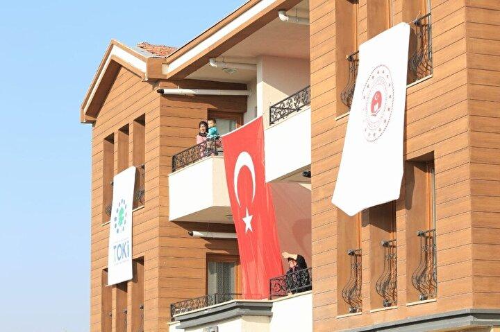 Pandemiye rağmen depremden 6 ay sonra 2 bin 500 konut teslim edildi. Bugün ise Cumhurbaşkanı Recep Tayyip Erdoğanın katılacağı törenle 5 bin 500 ev daha hak sahiplerine verilecek.