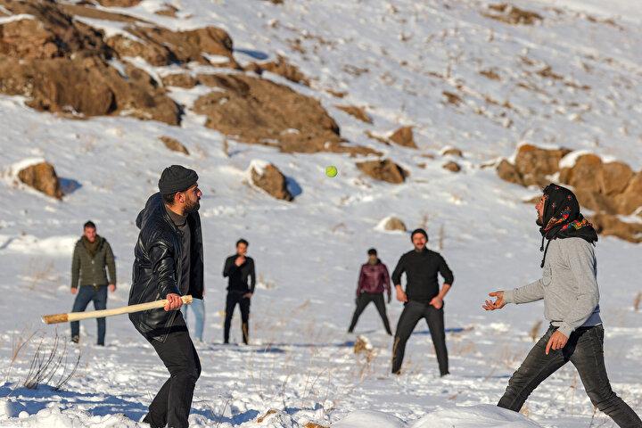 Oyunda an az 6 kişiden oluşan iki takım seçiliyor. Vuruşun yapıldığı noktada her iki takımdan birer kişi yer alıyor. Oyunculardan biri topu havaya atarken rakibi de topa vurarak en uzağa göndermeye çalışıyor. Atıcı ile arkadaşları hedefe doğru koşuyor. Rakip takım oyuncuları da topu hedefe doğru koşan oyunculara vurmaya çalışıyor.