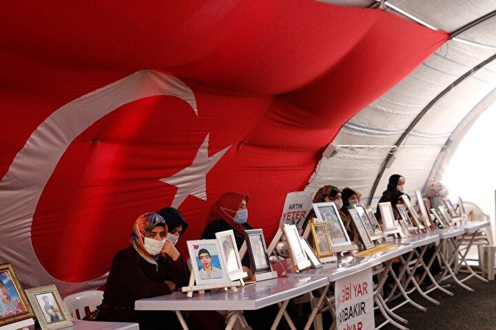 Diyarbakırda yaşayan Mehmet Akar, geçen yıl 21 Ağustos 2019da ortadan kayboldu. Akarın annesi Hacire Akar, 1 gün sonra HDP Diyarbakır il binası önüne geldi. Oğlunun HDPliler tarafından dağa kaçırıldığını söyleyen anne Akar, il binası önünde oturma eylemi başlattı. Eylemin 3üncü gününde ortaya çıkan Mehmet Akar, mahkemece ev hapsiyle cezalandırıldı. Oğluna kavuşup, eylemine son veren Hacire Akar, çocukları kayıp annelere çağrıda bulundu. Akarın çocuğuna kavuşması, çocukları terör örgütü PKK tarafından kaçırılan aileler için umut oldu. Akarın çağrısıyla harekete geçen çocukları kayıp aileler, geçen yıl 3 Eylül 2019da HDP binası önünde oturma eylemine başladı.