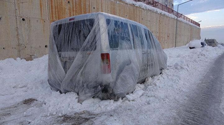Yüksekova buz kesti; araçlara naylon, battaniye örtüldü