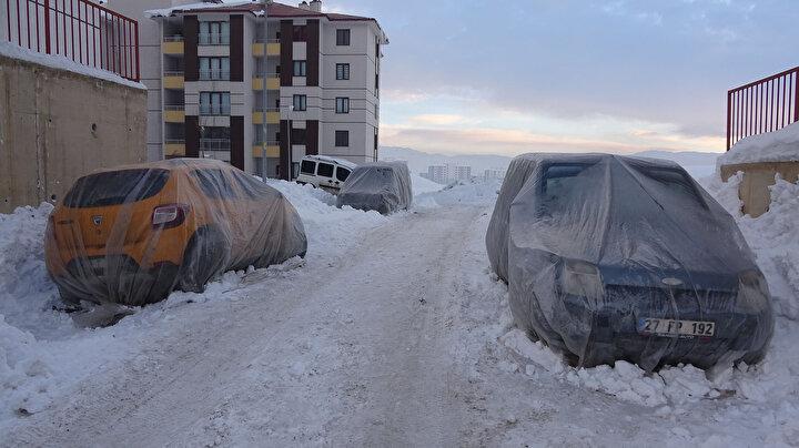 Sürücüler evlerinin önündeki araçların üzerini naylon, battaniye ve brandayla kapatmaya çalıştı.