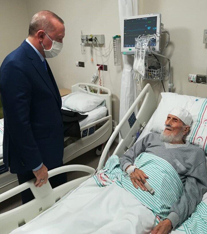Sağlık Bakanı Fahrettin Koca'nın da eşlik ettiği ziyarette Erdoğan, doktorlardan iki hastanın durumu hakkında bilgi alıp yakınlarıyla görüştü.
