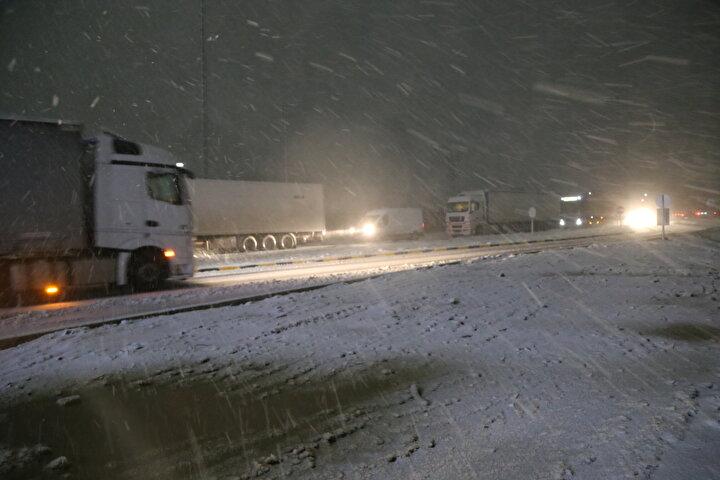 İl Özel İdaresi ve Karayolları ekipleri uluslararası kara yolunun kapanmaması amacıyla kar kürüme ve tuzlama çalışmalarını sürdürüyor.