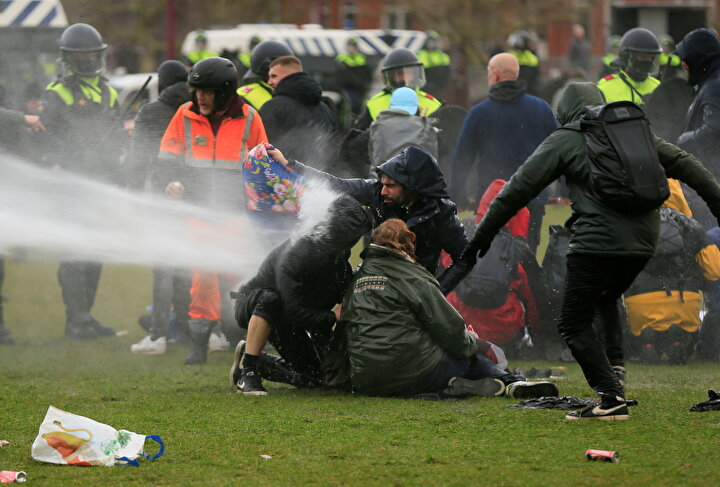 Hollanda'da yeni tip korona virüsün (Covid-19) yayılmasını önlemek amacıyla alınan tedbirlere yönelik ülke genelinde gerçekleştirilen protestolar şiddet olaylarına dönüştü. Akşam saatlerinde başlayarak gece boyunca süren gösterilerde protestocular kapsamında Rotterdam'da Belediye Başkanı tarafından acil durum ilan edildi, ancak göstericiler geri adım atmadı.