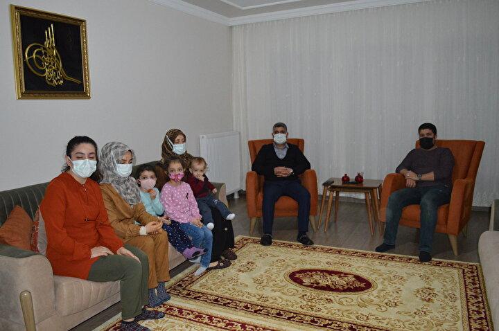 Depremde evi ağır hasar alan ve hak sahibi olup, yeni evine taşınan, 4 çocuk babası, Yazıkonak beldesi Cumhuriyet Mahallesinin muhtarı Vahap Güneşin (40) de evini ziyaret eden Cumhurbaşkanı Erdoğan, 1 saatten fazla süren görüşmede aileyle sohbet edip, evi inceledi. Vahap Güneş, Cumhurbaşkanı Erdoğanın özellikle epilepsi hastası kızı Eda (18) ile çok ilgilendiğini ve tedavide gerekenin yapılması için talimat verdiğini söyledi.
