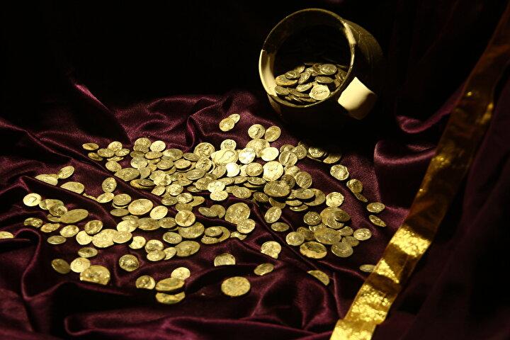 Antik kentten geçen çayda, Roma döneminde olduğu gibi kayıkların yüzdürüleceği Aizanoi Penkalas Projesi çalışmalarında bir testide, koleksiyonlarda ender rastlanan gümüş sikkeler bulunduğunu belirten Özer, şöyle devam etti:Testinin, etrafı üç pişmiş toprak plakayla çevrilerek saklanmak istendiği belirlendi. Testi itinayla kazı ekibi tarafından çıkarılarak kazı deposunda sayım gerçekleştirildi. Sayımda 651 gümüş sikke olduğu ortaya çıktı...
