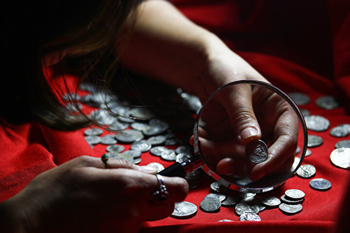 Özer, gümüş sikkelerden 439unun dönemin para birimlerinden denarius, 212sinin de cistophor olduğunu tespit ettiklerini bildirdi.