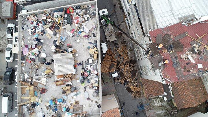 Esenler Oruç Reis Mahallesi bir binanın çatısı tamamen yerinden sökülerek uçtu.