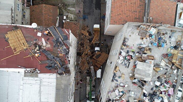 Çatısı tamamen uçan binada ikamet edenler de ortada kalan eşyalarını toplamaya çalıştı.