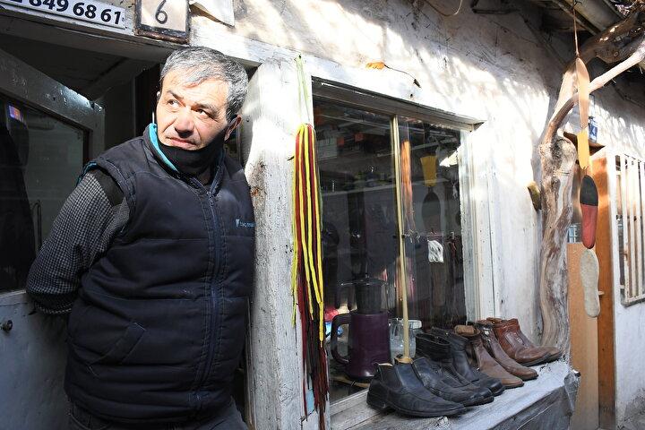 Burası çok dar, nasıl yaşıyorsunuz? diye soruyorlar1980 yılından bu yana Dikiciler Arastasında ayakkabı tamir eden Kemal Ceyhan da restorasyon haberini sevinçle karşıladıklarını belirterek, Restore edilince dükkanlarımız çok daha güzel olacak. Allah, Belediye Başkanımız Halil İbrahim Aşgından ve emeği geçenlerden razı olsun. Arastanın özellikle taş zemininin korunması da çok önemli dedi.