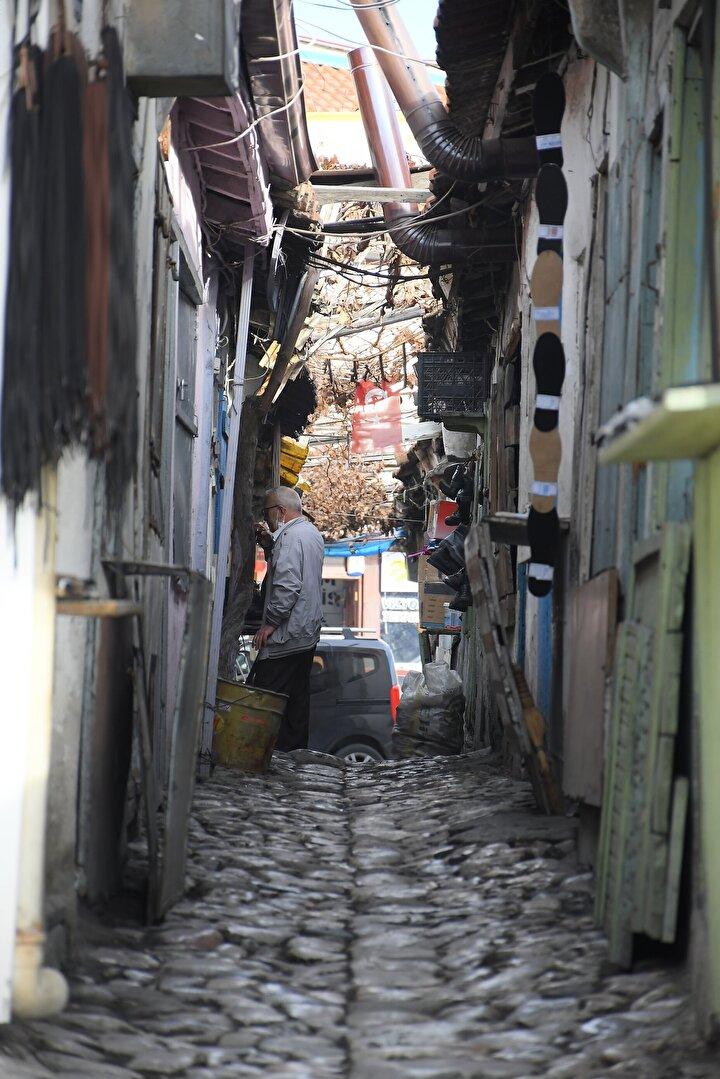 Etrafında yer alan tarihi Saat Kulesi, Ulu Cami, Gupür Hamamı gibi yüzlerce yıllık geçmişe sahip eserlerle dikkati çeken arasta, Dünyanın ticaret yapılan en dar sokakları arasında gösteriliyor.