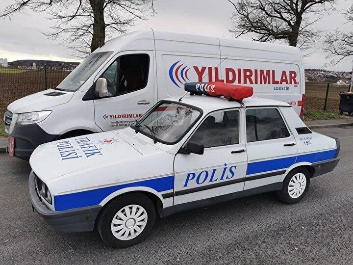"""Otomobillerinin arkasına Atatürk, Kurtuluş Savaşı ve terörle mücadele ile ilgili görseller taşıyan Sancak, """"Son olarak getirdiğim polis arabamın her şeyi orijinal. Almanya'da bu şekilde gezebiliyorum. Normalde Türkiye plakası ile bu aracı Almanya'ya getirmiştim. Ancak alman trafik polisleri beni 4 kez durdurdu. En son da arabam evimin önünde dururken plakasını söktüler o yüzden değiştirmek zorunda kaldım. Almanya plakamı aldım. Artık beni trafikte kimse durdurmuyor. Zordu ama başardım. Düzceli'nin yapamayacağı bir şey yoktur. Şimdi dördüncü arabama hazırlanıyorum. Nasip olursa onu da bu sene Türkiye'den getirmeyi düşünüyorum"""" diye konuştu."""