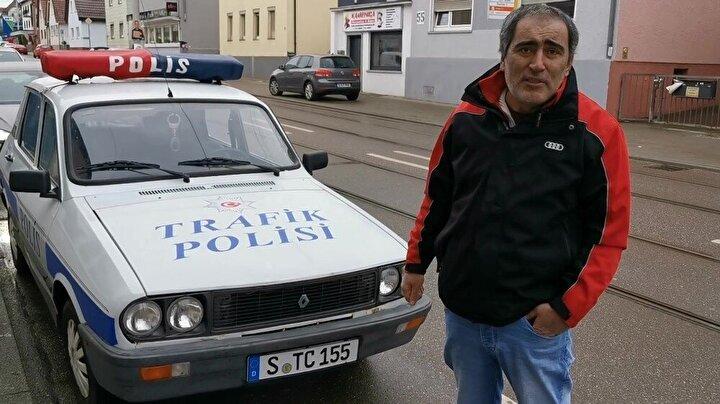 """Klasik araçlarının Türkiye'den Almanya'ya olan yolculuğunu anlatan Necdet Sancak, """"Almanya'nın Stuttgart şehrinde yaşıyorum. Almanya'da orijinal bir Türk Polisi arabasına sahibim. 2020 yılında Renault 12 Toros marka aracımı Türkiye'den satın aldım. Ruhsatımı da aldım. Arabamın arka camında da şehitlerimizi, gazilerimizin fotoğrafları var. Almanya'da bu duyguyu yaşatıyorum. Bundan 3 sene önce Almanya'ya Murat 124 marka aracı getirdim. Namı değer Hacı Murat. İkinci arabamda Anadol A2 1974 model. Bu benim bir hobim. Nostalji arabası tutkunuyum. Şu an Almanya'da bir nostalji yaşatıyorum. Burada yaşayan gurbetçilerin de bu durum çok hoşuna gidiyor. Çok güzel tepkiler alıyorum dedi."""